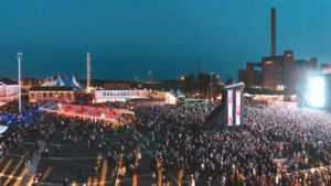 Ilmakuva vuoden 2013 Flow-festivaalialueesta Helsingin Suvilahdessa.