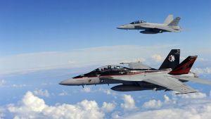 Kaksi Yhdysvaltain laivaston F/A-18F Super Hornet -hävittäjää.