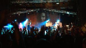 Kaija Koo esiintymässä Kotkan Meripäivillä.