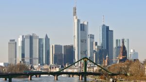 Tyhjänä oleva jokiristeilyalus risteilee Frankfurtin pankkikeskittymän edessä virtaavalla joella tammikuussa 2012.