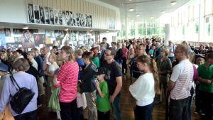 Yleisöä Jyväskylän kaupunginteatterin lämpiössä.