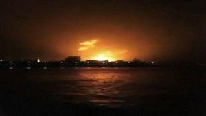 Amatöörikuvaajan videolta otetussa kuvassa näkyy palavan Sindhurakshak-sukellusveneen liekkien kajo.