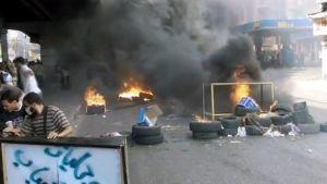 Syrjäytetyn presidentin Muhammad Mursin kannattajat polttavat autonrenkaita Nahda-aukiolle johtavalla kadulla.