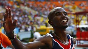 Ison-Britannian Mohamed Farah iloitsee voittajana 10 000 metrin kilpailun jälkeen Moskovan MM-kilpailuissa.