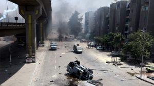 Autoja on kaadettu ja renkaita palaa kadun laitamilla, kun Mursin kannattajat ovat ottaneet yhteen poliisin kanssa Kairossa 14. elokuuta.