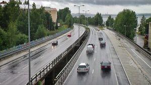 Liikennettä Paasikiventiellä Tampereella