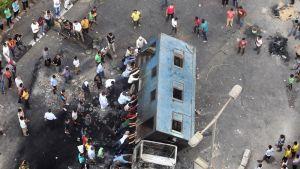 Syrjäytetyn presidentti Mursin kannattajat työntävät kuorma-autoa kumoon Gizassa, lähellä Kairoa.
