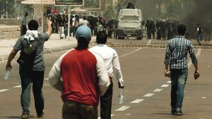 Egyptin syrjäytetyn presidentin Muhammad Mursin kannattajat ottavat yhteen mellakkapoliisin.