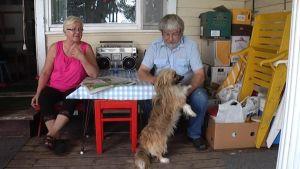 Salme Ahlström ja Esa Österberg sekä Miro-koira viettävät viimeisiä päiviä Sitoonsaaressa.