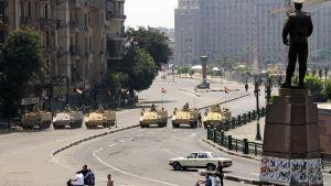 Egyptin armeijan panssariajoneuvoja Tahririn aukiolle johtavalla kadulla Kairossa.