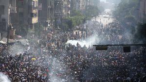 Muslimiveljeskunnan kannattajat ottavat yhteen mellakkapoliisin kanssa lähellä Ramses-aukiota.