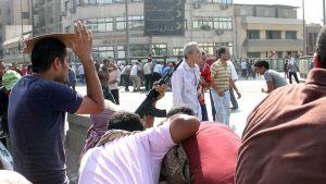 Egyptin syrjäytetyn presidentin Muhammad Mursin kannattajia, joista yhdellä on rynnäkkökivääri, Muslimiveljeskunnan ja turvallisuusjoukkojen yhteenottojen aikana.