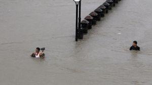 Tulvaveden valtaama katu Pinas Cityssä Filippiineillä.