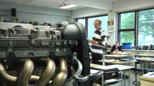 Kuvassa opettaja opettaa Kokkolan ammattiopistolla.