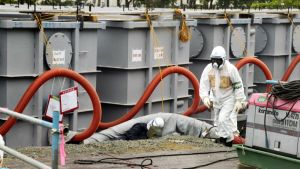 Energiayhtiö TEPCO:n työntekijöitä Fukushiman voimala-alueella.