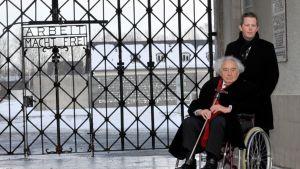 Dachaun keskitysleiriltä selviytynyt Max Mannheimer yhdessä avustajansa kanssa muistomerkin edustalla 20. helmikuuta 2013.