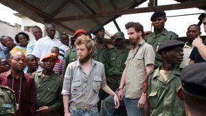 Norjalaiset Tjostolv Moland ja Joshua French vangittuina käsiraudoissa Kongossa 8.9.2010.