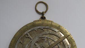 Skoklosterin linnan kadoksissa ollut astrolabi 1500-luvulta.