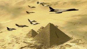 Eri maiden ilmavoimien hävittäjät saattavat Yhdysvaltain B-1B-pommikonetta Gizan pyramidien yllä.