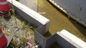 Kuva vuotavasta venttiilistä Fukushiman ydinvoimalan saastunutta vettä sisältävän säiliön kyljessä.
