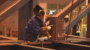 Mies tekee töitä Kit-Sellin konepajalla.