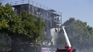 Tulipaloa sammutetaan Pariisin keskustassa.