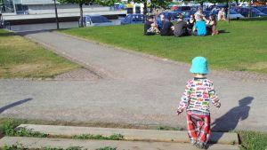 Pieni poika kävelee Oulun Kiikelissä