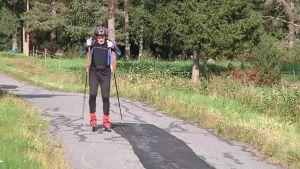 Kuvassa mies hiihtää rullasuksilla huonokuntoista pyörätietä pitkin