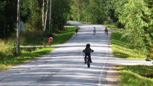 Koululaiset keskellä tietä.
