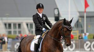 Vammaisratsastaja Jaana Kivimäki hevosensa Griviksen selässä.