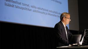 Taloustieteen professori Sixten Korkman puhumassa talousfoorumissa tiedekeskus Heurekassa.