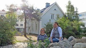 Tyttöjen talon ohjaaja Riikka Puska ja johtaja Tiina Lappalainen ovat tyytyväisiä tunnelmalliseen taloon ja sen sijaintiin. Kansankatua pitkin kulkee päivittäin nuoria kouluun, kotiin ja harrastuksiin.