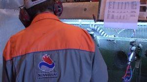 Mies työskentelee NunnaUunin tehtaalla.