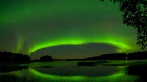 Revontulet välkkyvät järven yllä Rääkkylässä 27.8. klo 23.49.
