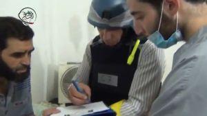 Syyrian oppositiolta (ja Moadamiyehin mediakeskukselta) saadussa videokuvassa YK:n tarkkailija keskustelee fyysisiä oireita saaneen uhrin (vasemmalla) kanssa.