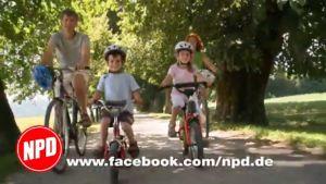NPD-puolueen mainoksessa pyöräilee onnellinen perhe.