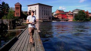 Mies kalastaa Kotkan Korkeakosken kalastuslaiturilla.