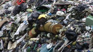 Jätettä kaatopaikalla