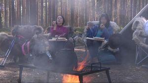Japanilaisia hyvinvontimatkailijoita ruokailemassa Ilomantsin Petkeljärvellä.