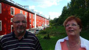 Jorma Sannisto ja Ulla Salomaa Kilometritalon takapihalla.