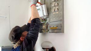 Mies asentaa etäluettavaa sähkömittaria.