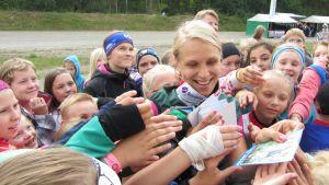 Minna Kauppi jakaa nimmarikortteja nuorille.