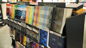 Lukion oppikirjoja kirjakaupassa.