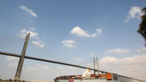Rahtialus alittaa siltaa Suezin kanavassa Egyptissä 31. elokuuta 2013.