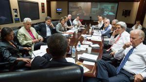 Valkoisen talon tilannehuoneen pöydän päässä presidentti Obama.