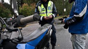 Poliisi on pysäyttänyt mopopojan.