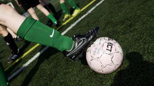 Lasten jalkapallojoukkue harjoittelee.