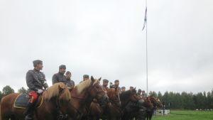 Ratsumiehiä hevosten selässä.