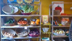 vihanneksia ja hedelmiä myynnissä Saaren luomutilalla