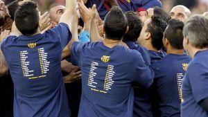 Barcelonan pelaajat kannattelevat Éric Abidalia tämän jäähyväisottelussa.